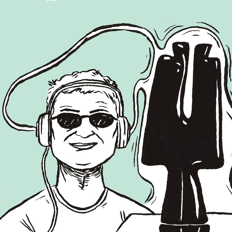 Un visiteur à lunettes noires sourit, un casque sur les oreilles. Devant lui, la sculpture contemporaine est entourée d'un halo blanc vibrant, qui flotte dans l'espace pour rejoindre le casque audio.