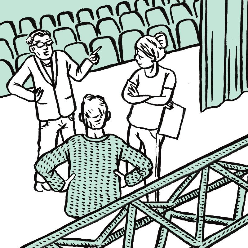 Sur scène, 3 personnages discutent. A droite, la jeune femme tient une feuille dans sa main, bras croisés. A gauche, un homme en costume avec des lunettes indique une direction de son index gauche. De dos, au centre, un homme en pull a les mains posées sur les hanches. Un pont de lumière s'étend dans la partie basse de la case. Derrière la scène, les sièges des gradins sont représentés.